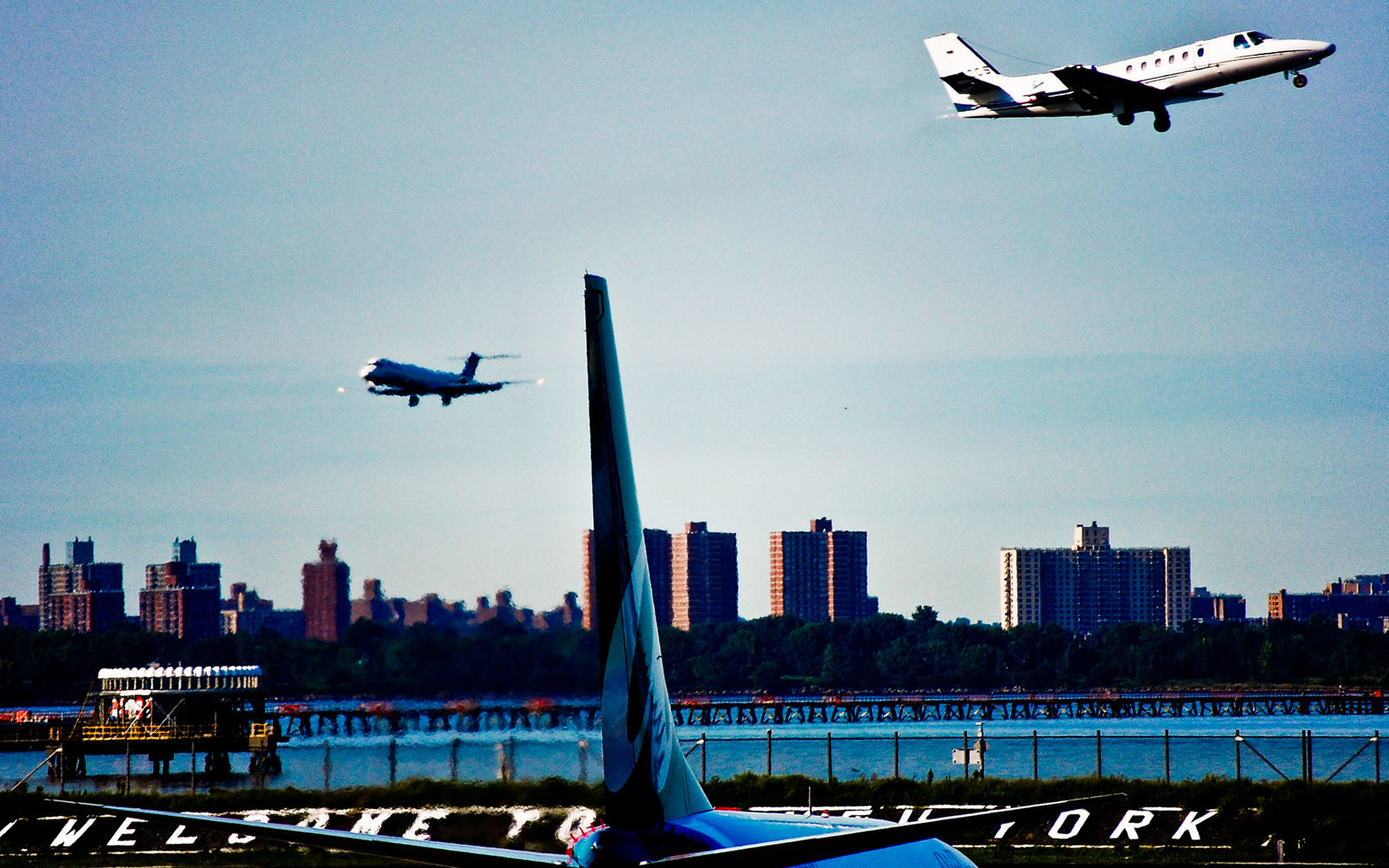 airport airplanes