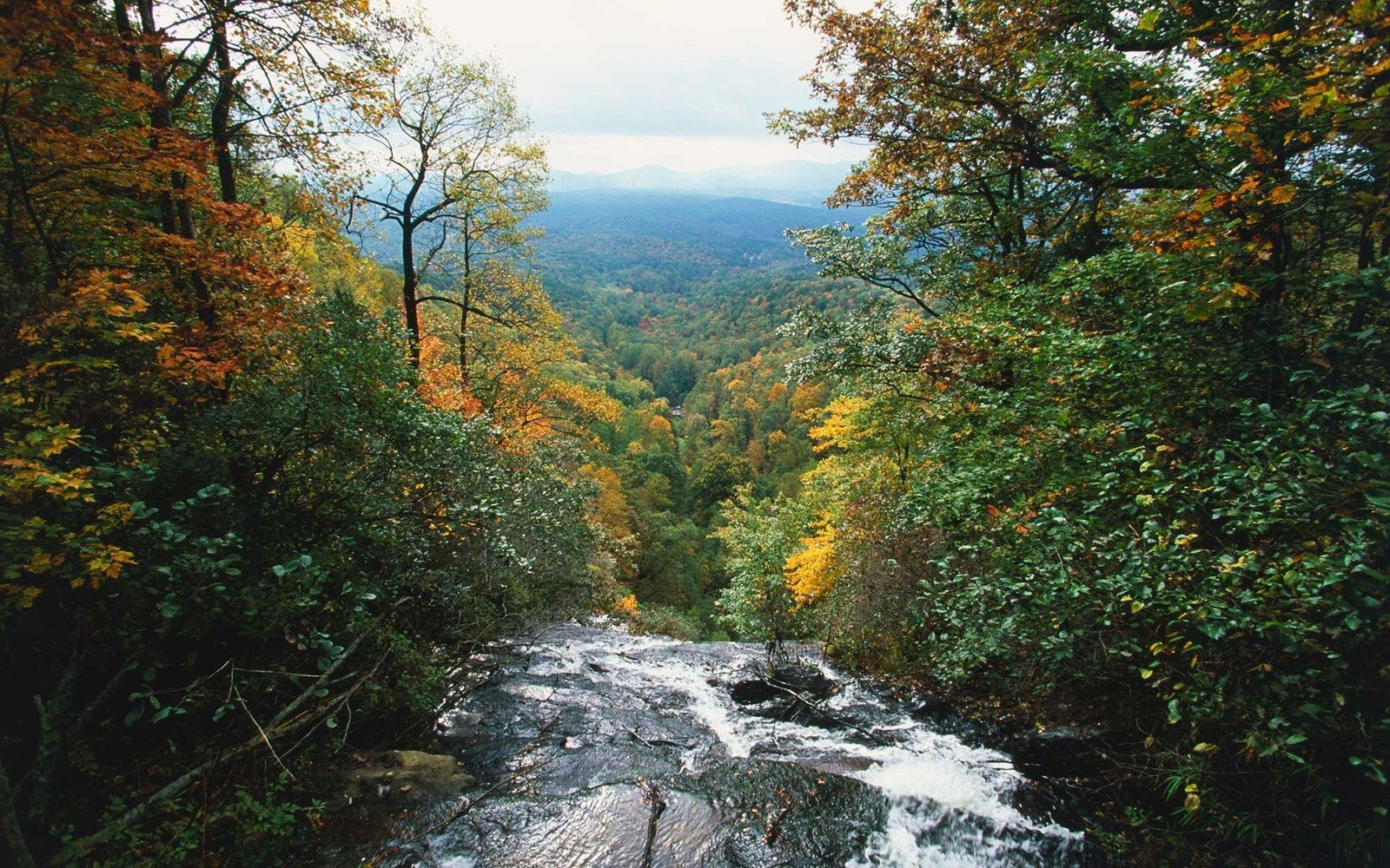 USA, Georgia, Dahlonga, Amicalola State Park, view of Amicalola Falls overlooking Chattahoochee National Forest.