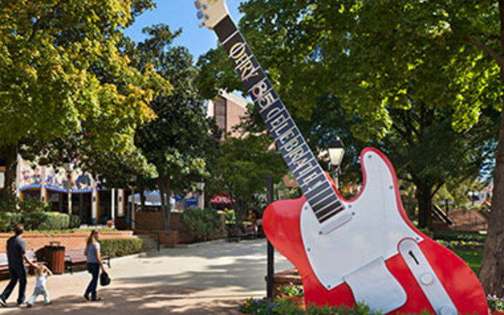 guitar statue in Nashville, TN