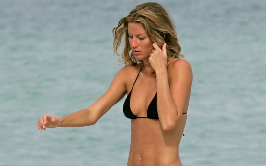 MIAMI, FL - OCTOBER 20: Gisele Bundchen is seen on October 20, 2007 in Miami Beach, Florida.  (Photo by Bauer-Griffin/GC Images)